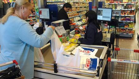 En abril se desaceleró la caída en las ventas en los supermercados